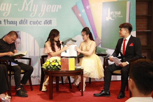 CEO Hoàng Hạnh cùng các vị khách mời chia sẻ và hướng dẫn kỹ hơn đến khán giả về bộ notebook My day - My Year