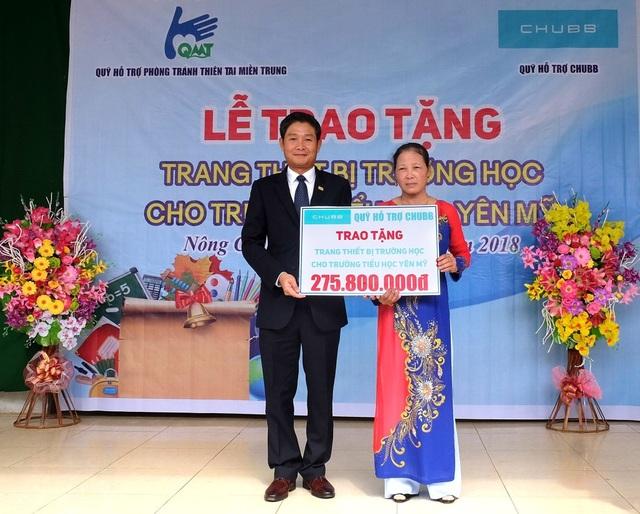Ông Nguyễn Hồng Sơn, Phó Tổng Giám đốc Chubb Life Việt Nam trao tặng thiết bị dạy và học cho đại diện Trường Tiểu học Yên Mỹ (Thanh Hóa).