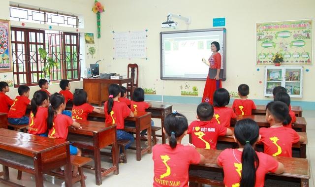 Cô và trò trường Tiểu học Số 2 Vĩnh Thành trải nghiệm những giờ học đầu tiên với thiết bị và phần mềm bài giảng tương tác hiện đại do Chubb Life trao tặng