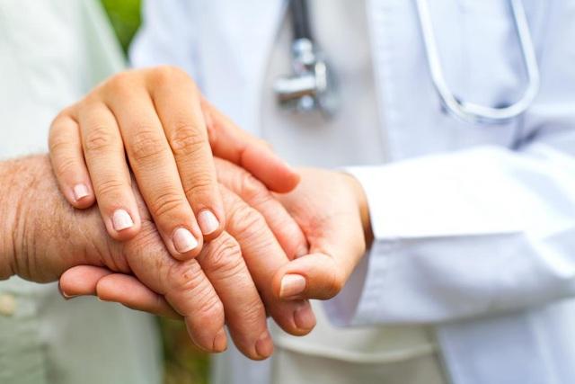 Người bệnh run tay gặp rất nhiều khó khăn trong điều trị.