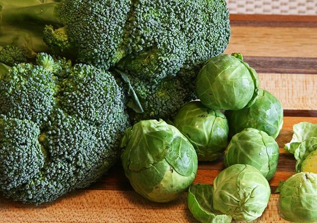 Súp lơ, bắp cải cùng các loại rau củ quả có màu xanh đậm rất tốt cho người cao tuổi bị bệnh run tay chân.
