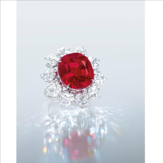 Nhẫn Ruby facet và kim cương cài