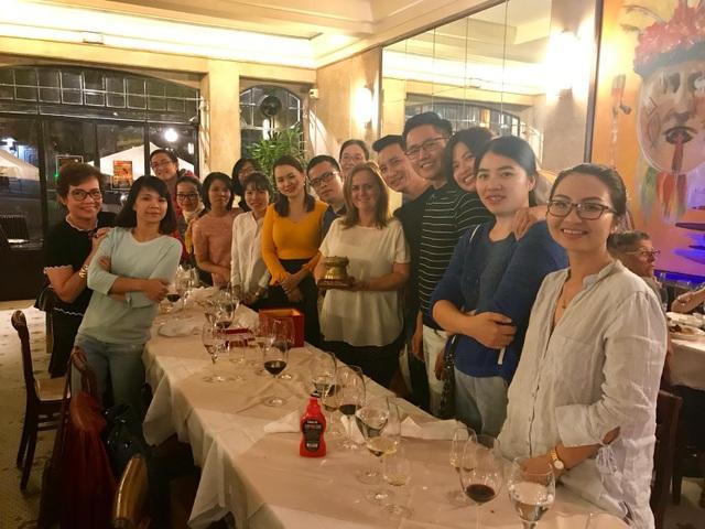 Bà Sandra Lorenz <áo trắng, đứng giữa> - Giám đốc trung tâm xúc tiến du lịch quốc tế của miền bắc Bồ Đào Nha chụp chung cùng đoàn Việt Nam.
