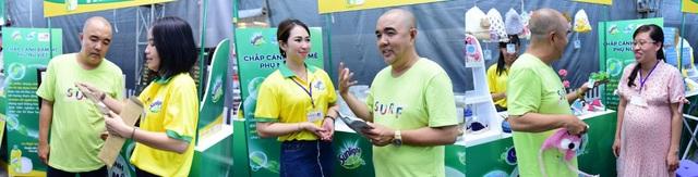 Nghệ sĩ Quốc Thuận giao lưu với gian hàng của chị Song Đào, Thuý Diễm và Kim Ngân (từ trái sang)