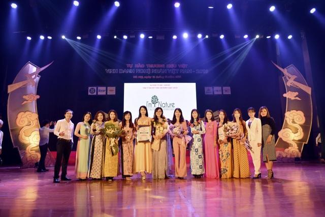 CEO I'm Nature - Bà Hoàng Hạnh cùng Tổng miền Vũ Thanh Mai và các NPP I'm Nature tham dự lễ trao giải.