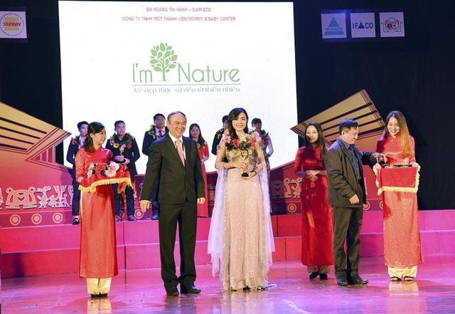 """Bà Hoàng Hạnh – CEO I'm Nature nhận giải thưởng """"Doanh nhân tiêu biểu Đông Nam Á 2018""""."""