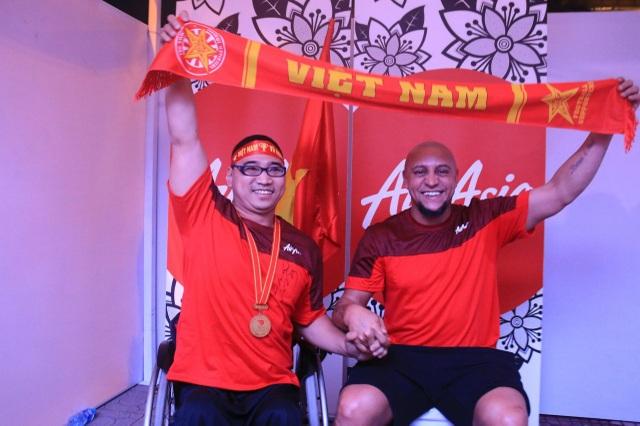 Carlos cùng với Trần Phúc Đạt, vận động viên đua xe lăn từng giành 16 Huy chương vàng trong các giải thể thao người khuyến tật toàn quốc
