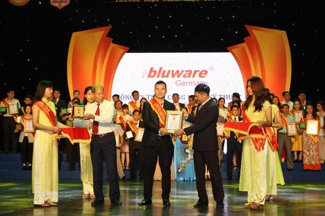 Giám đốc Hoàng Vương , đại diện Bluware lên nhận Cup