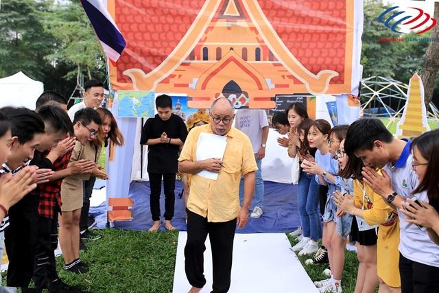 Giám đốc chuyên môn của Langmaster, bác Pedro Pastrano, cũng là giám khảo cuộc thi này, rất ngạc nhiên vì sự am hiểu đất nước lẫn văn hóa các quốc gia từ phần thi thuyết trình