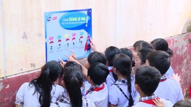 Các em học sinh hào hứng chỉ nhau cách giữ vệ sinh đúng cách