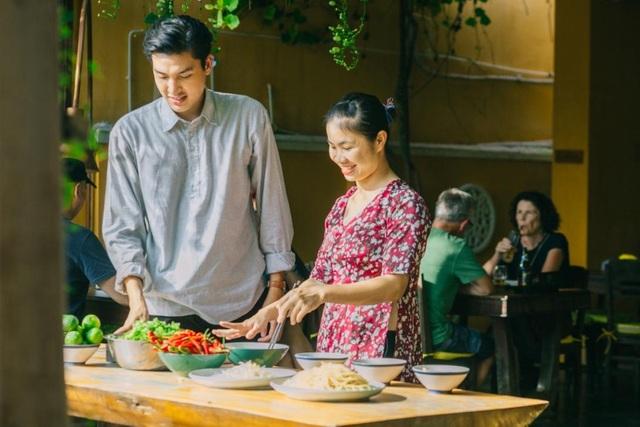 Quang Đại được người dân Hội An hướng dẫn cách nấu mì Quảng đúng cách