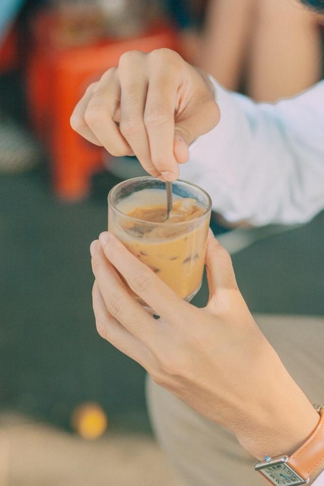 Ngồi quán bên đường thưởng thức một bát cao lầu, vừa ngắm cảnh phố phường, vừa nhởn nha gặm một ổ bánh mì ngon nức tiếng hay chỉ đơn giản là nhâm nhi cốc cà phê sữa đá sẽ là những trải nghiệm ẩm thực mà bạn sẽ không bao giờ quên ở Hội An.