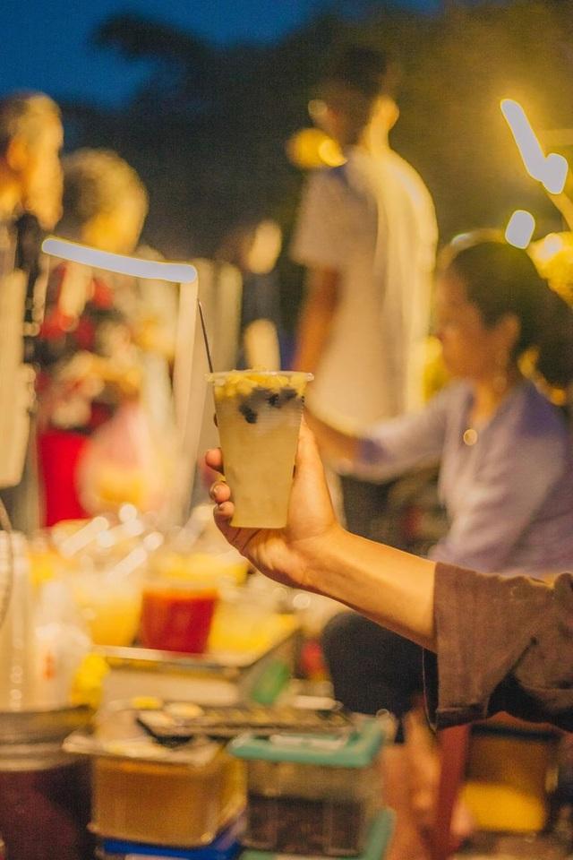 Lúc Hội An lên đèn, chọn cho mình những hàng quán ven đường với bánh mì thịt nướng hay một cốc chè sen dừa, vừa nhẹ bụng vừa có thêm thời gian ngắm phố cổ về đêm tuyệt đẹp.