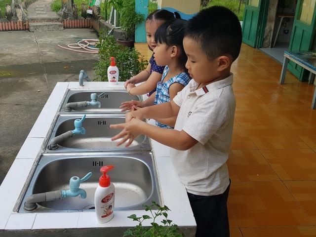Rửa tay với xà phòng là thói quen tốt trẻ em nào cũng cần thực hiện để bảo vệ sức khỏe