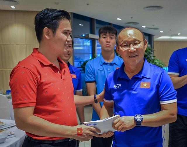 Đúng như lời đã hứa, Ông Phạm Văn Tam trao tận tay phần thưởng nóng cho thầy trò HLV Park Hang-seo ngay sau khi trận đấu kết thúc.