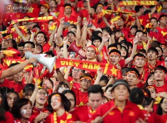 Trước trận chung kết, CĐV Việt Nam truyền tay nhau bí quyết cổ vũ truyền lửa cho đội tuyển - 1
