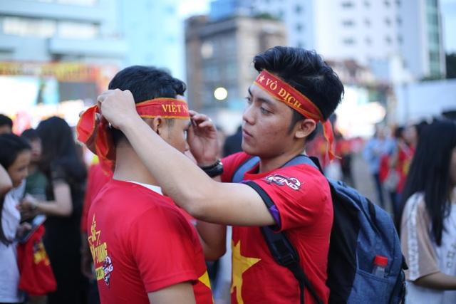 Hàng ngàn CĐV đã đến với sự kiện Triệu lượt phất cờ cho Việt Nam vô địch chiều ngày 15/12