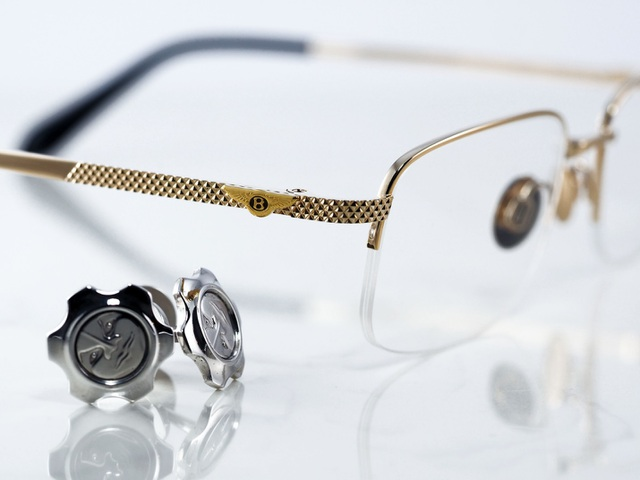 Sự khác biệt của sản phẩm cao cấp đến từ những tiểu tiết. Càng kính Bentley nuột nà từ những điểm nhỏ nhất là biểu tượng đôi cánh và họa tiết điêu khắc đặc trưng của hãng.