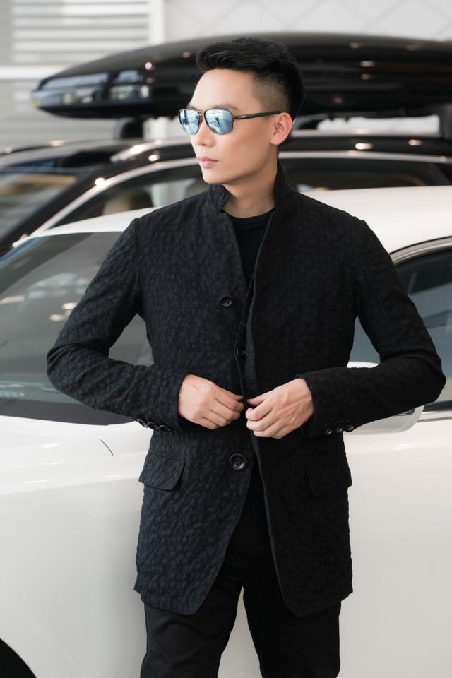 Kính Bentley B – 9050 mắt tráng gương màu xanh thời trang là một mẫu kính khác mang phong cách thời trang hiện đại của Bentley. Kính có giá 23 triệu.
