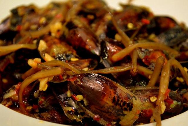 Xúc cà xỉu ra đĩa ăn với cơm trắng, một hương vị rất lạ mà bạn nên thử khi đến Hà Tiên.