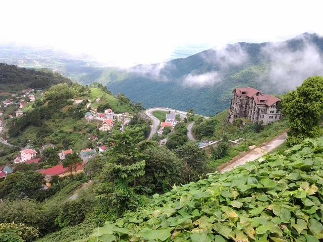 Thị trấn Tam Đảo khá bé nhỏ với những con đường ngoằn ngoèo, uốn lượn ôm sườn núi.(Ảnh: didauchoigi)