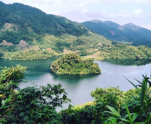 Đến với Thung Nai du khách sẽ thực sự bước vào một thế giới với phong cảnh sông núi thơ mộng. (Ảnh: lvcifer6)