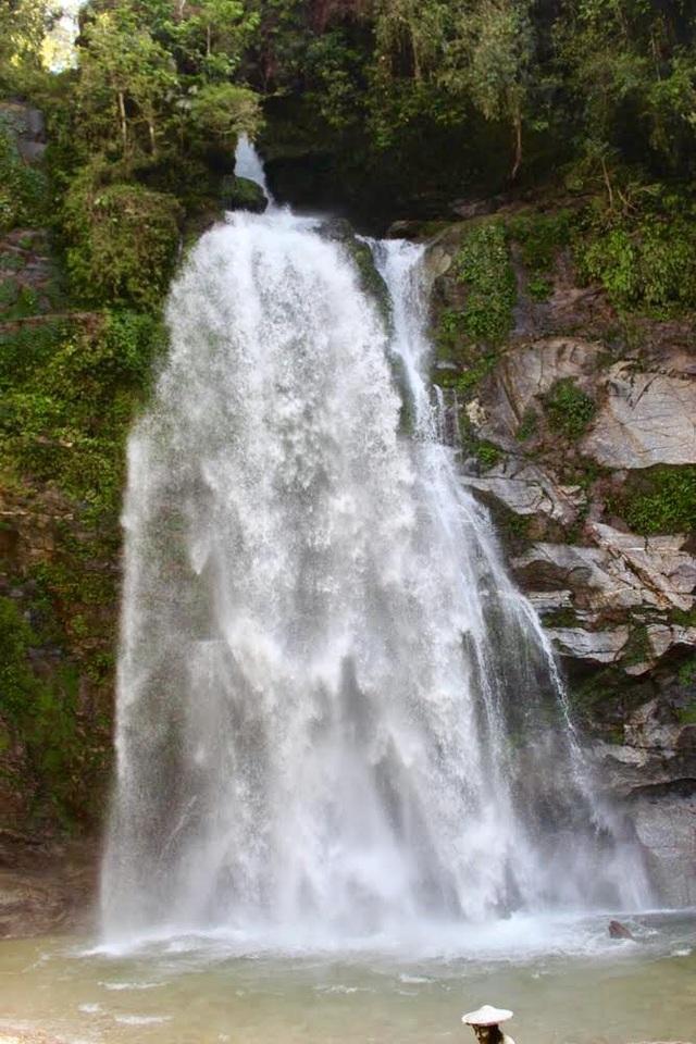Từ trên cao, thác đổ xuống tung bọt trắng xóa