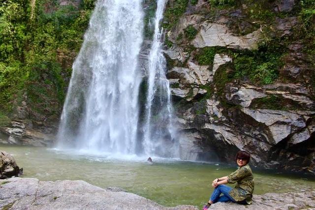 Nhiều du khách tranh thủ chụp ảnh với cảnh thiên nhiên hùng vỹ.