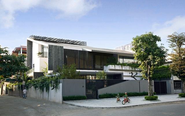 Căn biệt thự được xây trên khu đất 595m2, thiết kế bởi KTS Hoàng Thúc Hào. Để hoàn thiện công trình này, các kiến trúc sư đã phải làm việc trong suốt 3 năm (từ năm 2012 đến 2014). Căn nhà sau khi hoàn thành không chỉ đáp ứng yêu cầu của chủ nhà mà còn khẳng định tên tuổi và cá tính riêng của nhà thiết kế.