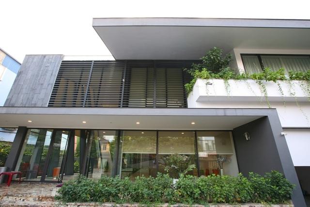 """Kiến trúc sư Hoàng Thúc Hào cho biết: """"Ngôi nhà này còn đi tiên phong trong việc ứng dụng các công nghệ mới. Hệ thống chiếu sáng trong và ngoài nhà tự động, cảm ứng theo chuyển động của chủ nhân. Hơn 50% năng lượng điện tiết kiệm nhờ chức năng này""""."""