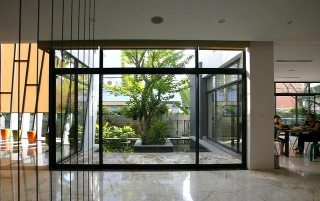 Ngoài các tính năng hiện đại, các kiến trúc sư cũng đưa ra giải pháp thiết kế giúp ngôi nhà được thông thoáng, tiếp cận nhiều với cây xanh. Không gian phòng khách ở tầng 1 được mở rộng ra nhiều phía với sân vườn và tràn ngập ánh sáng tự nhiên.