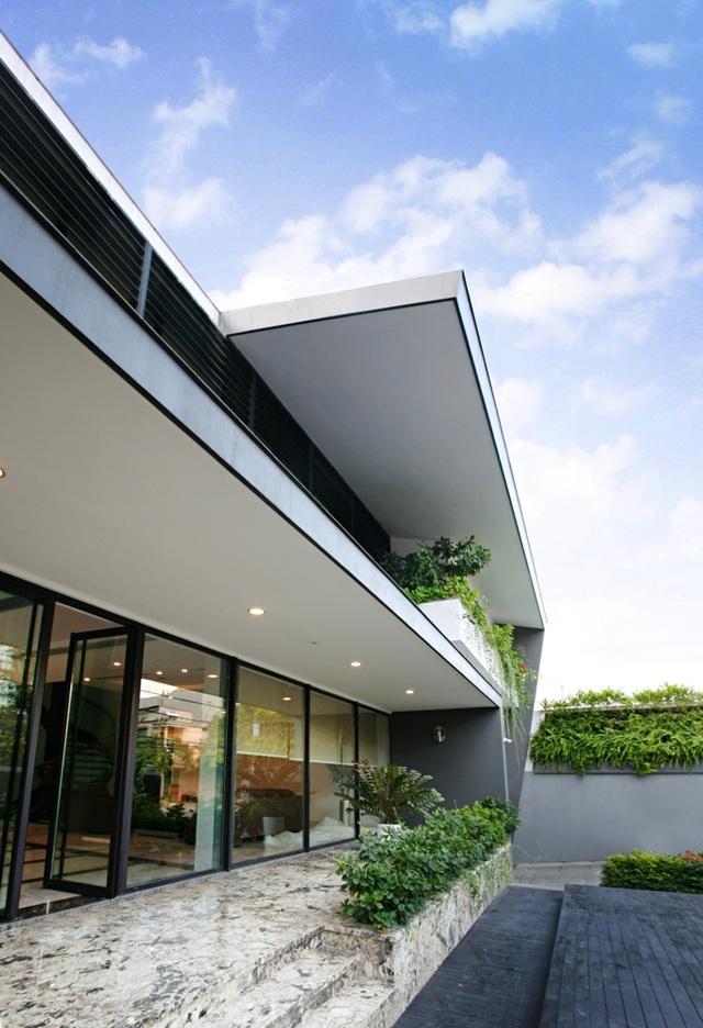 Căn biệt thự có sảnh trước vô cùng rộng rãi, trần cao kết hợp cửa kính tạo cảm giác sang trọng.