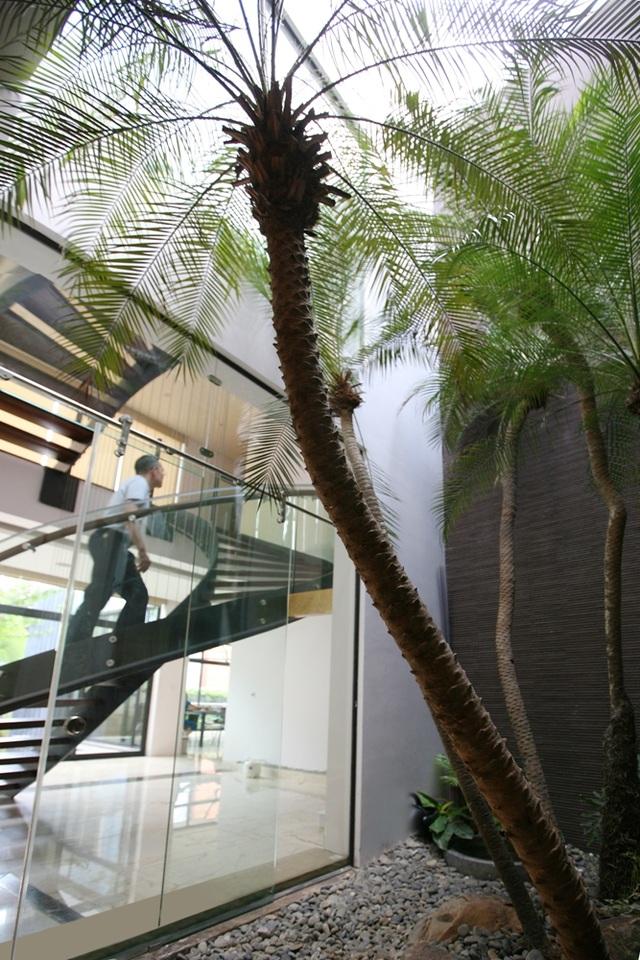 KTS Hoàng Thúc Hào cũng là người thiết kế các công trình nổi tiếng như: nhà cộng đồng thôn Suối Rè (Hòa Bình), nhà cộng đồng Tả Phìn (Sa Pa, Lào Cai), làng Homestay Nậm Đăm (Hà Giang),... Năm 2016, anh được trao giải dành cho kiến trúc sư nổi bật ở châu Á.