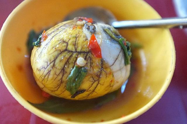Trứng vịt lộn là món ăn phổ biến, rất dễ tìm ở Việt Nam.