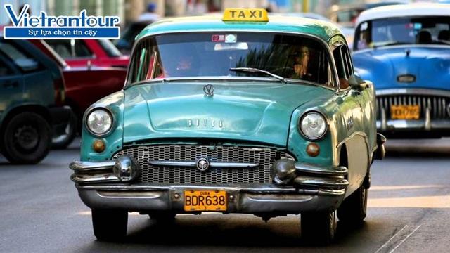 """Taxi cổ """"sang chảnh""""được sử dụng để phục vụ khách du lịch tại Cuba"""