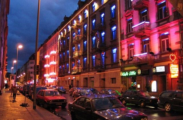Phố đèn đỏ luôn hấp dẫn khách nam nhiều hơn. (Ảnh minh họa)