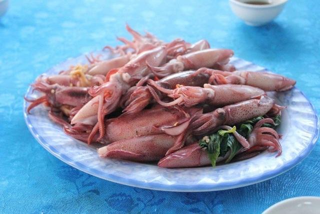Du khách không phải chờ lâu để thưởng thức món hải sản đặc biệt này.