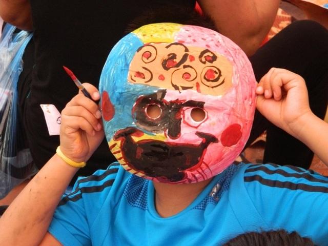 Các bé có thể tự tay trang trí mặt nạ giấy bồi của riêng mình.