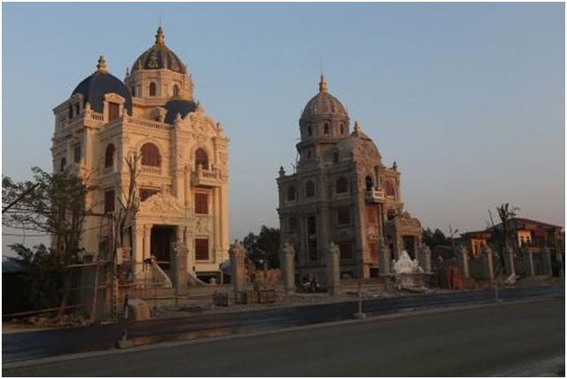 Lâu đài song sinh nằm trên quốc lộ 1A, đoạn đi qua Ninh Bình