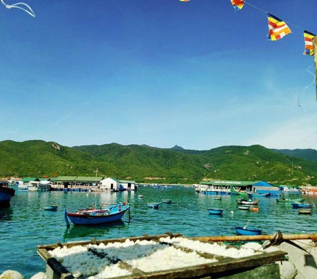 Khung cảnh bình yên trên đảo Bình Hưng đã hấp dẫn đông đảo du khách. (Ảnh: Lý Thảo)