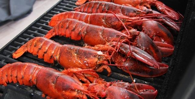 Côn Đảo là nơi cực kì thú vị để cắm trại và thưởng thức hải sản nướng. (diadiemanuong)