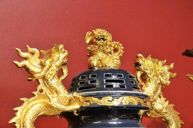 Nghệ nhân Phạm Đạt khẳng định, các sản phẩm được làm theo lối thuần Việt chứ không bị ảnh hưởng Trung Quốc. Dễ thấy nhất, nhiều món đồ hiện nay chỉ dán đề can hoặc sử dụng con lân để trang trí, nhưng các sản phẩm làm theo công nghệ truyền thống lại được đắp nổi họa tiết và sử dụng tượng con nghê – con vật tưởng tượng chỉ có ở Việt Nam.