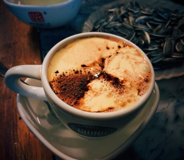 Tách cà phê trứng nổi tiếng lâu năm ở Hà Nội.