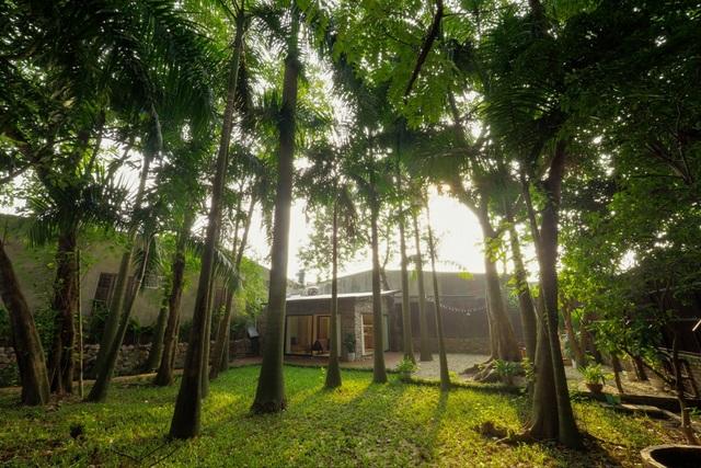 Căn nhà nằm tại Tây Hồ, Hà Nội với diện tích khoảng 30m2. Theo như KTS Chu Văn Đông chia sẻ, chủ nhà yêu cầu hướng đến một không gian hiện đại, năng động nhưng cũng đồng thời muốn giữ lại kiểu dáng của ngôi nhà cũ. KTS đã phải tính toán rất kỹ mới lựa chọn được vị trí xây nhà, sao cho tứ phía đều có thể nhìn ra khoảng sân vườn rộng rãi.