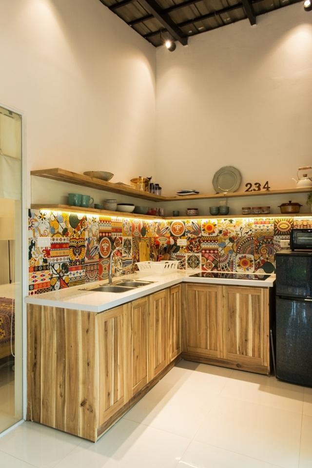 Gạch ốp tường đem lại nét tươi vui, nhiều màu sắc. Trong căn bếp này có thể nấu các món ăn đơn giản, còn nếu muốn tổ chức tiệc nướng thì có không gian ngoài sân vườn.