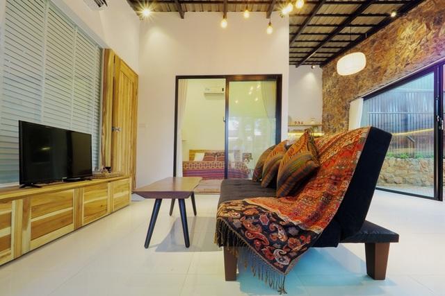Nội thất, họa tiết trong căn nhà đều hướng đến phong cách Bắc Âu. Chủ nhà mong muốn mang tới sự hạnh phúc nhờ biết cách tận hưởng những điều bình dị, đơn giản. Chiếc sofa có thể biến thành giường nằm khi có nhu cầu.