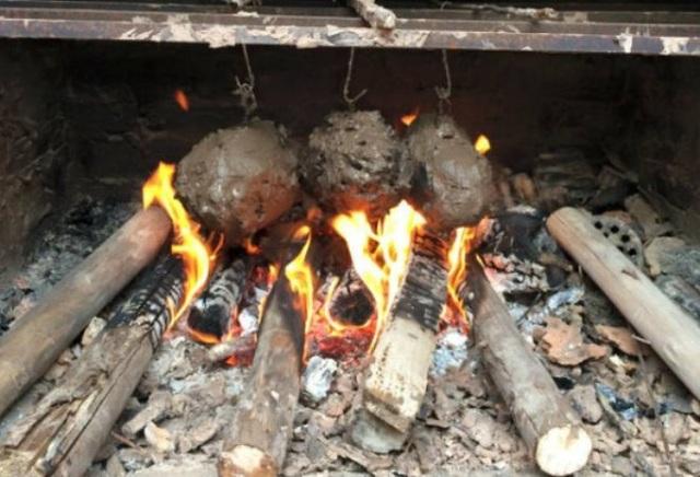 Gà nướng đất bắt buộc phải dùng đất sét, bởi chỉ đất sét mới đủ dẻo dính để bao lấy thân gà.