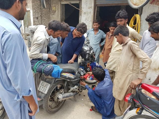 Khoa chụp lại cảnh thay nhớt ở Sukkur.