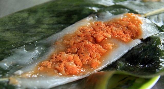 Bánh nậm thanh tao, mềm mịn, thoang thoảng vị tôm là món ăn chơi tinh tế của người Huế.