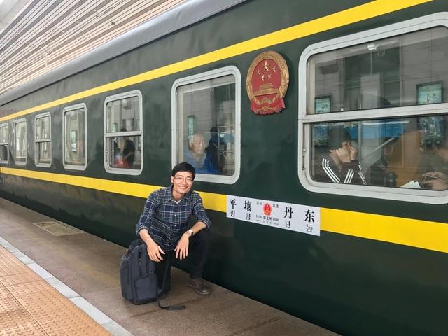Anh Ngô Quang Minh bên cạnh chuyến tàu đến Triều Tiên.